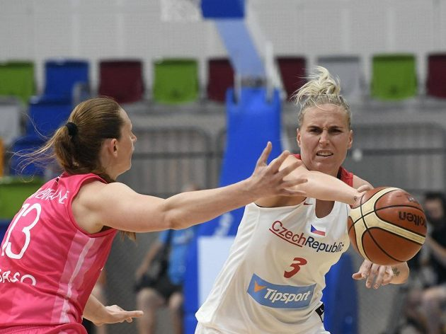 Aija Brumermaneová z Lotyšska a Kamila Štěpánová z ČR během přípravného turnaje basketbalistek v Praze