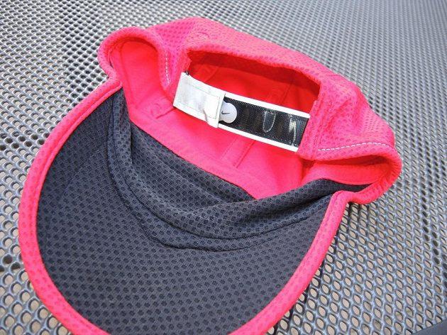 Kšiltovka Nike Run Mesh Daybreak: Reflexní je logo vpředu, pásek vzadu i obvodový steh.