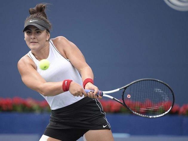 Bianca Andreescuová na returnu ve finále turnaje v Torontu