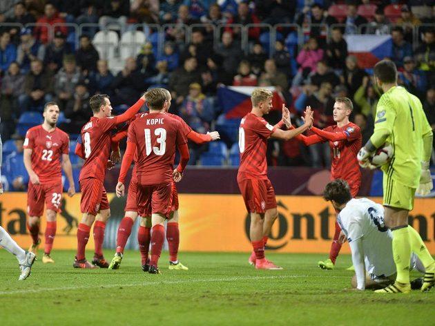 Čeští fotbalisté se radují z vedoucí trefy do sítě San Marina.