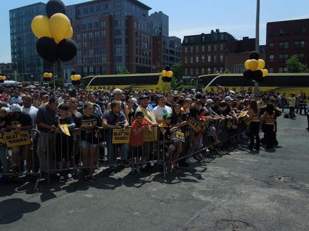 Hokejisty Bostonu přišlo vyprovodit k hale několik stovek fanoušků.