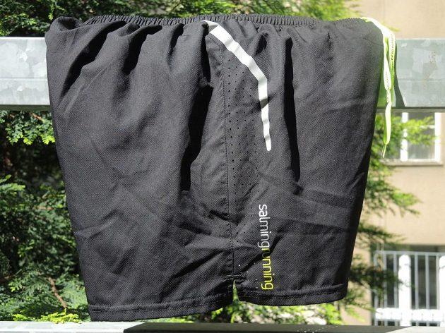 Salming Running Shorts - reflexní prvky a ventilační perforace. Pravá strana.