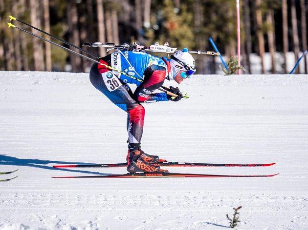 Český biatlonista Michal Krčmář během zkráceného vytrvalostního závodu biatlonistů v kanadském Canmore.