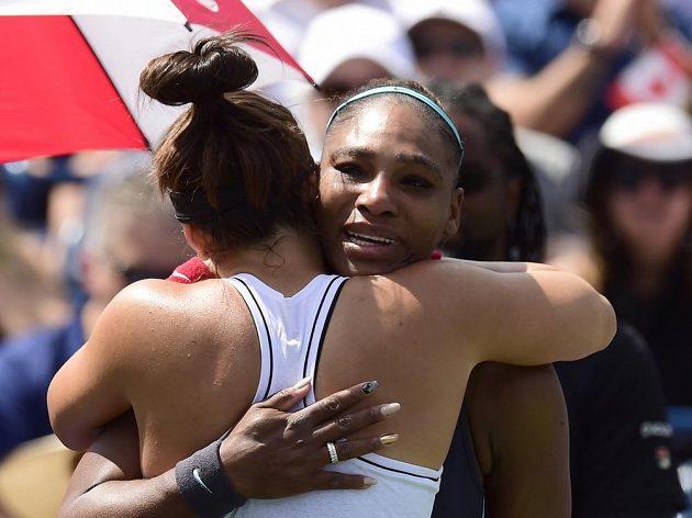 Serena Williamsová v objetí s Biancou Andreescuovou