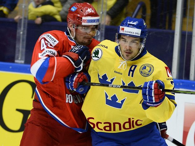 Alexander Kutuzov (vlevo) bojuje se švédským forvardem Ericssonem.