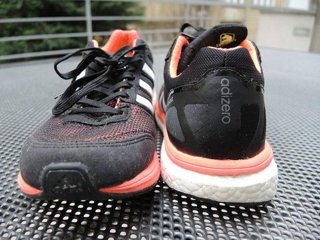 Zpevněná pata, dobře přilepená špička - základ každé správné boty.