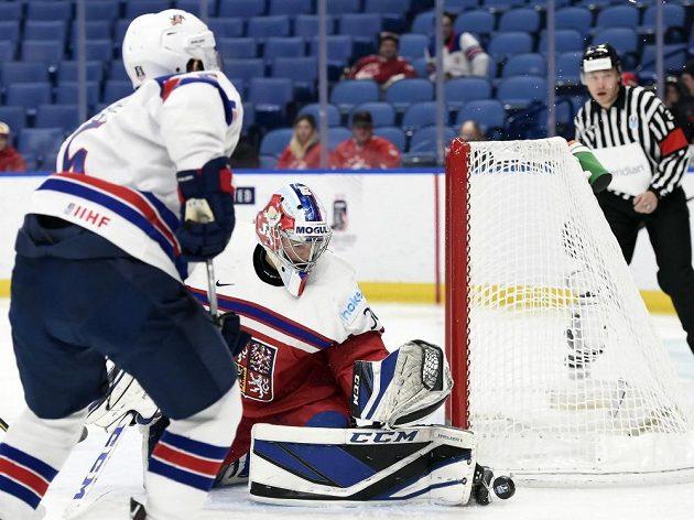 Český brankář Josef Kořenář zasahuje proti pokusu amerického obránce Ryana Lindgrena v zápase o bronz na MS do 20 let.