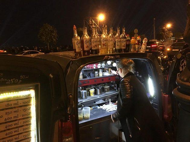 Kufry osobních automobilů se při zvedání mostů přes Něvu mění v nálevny.