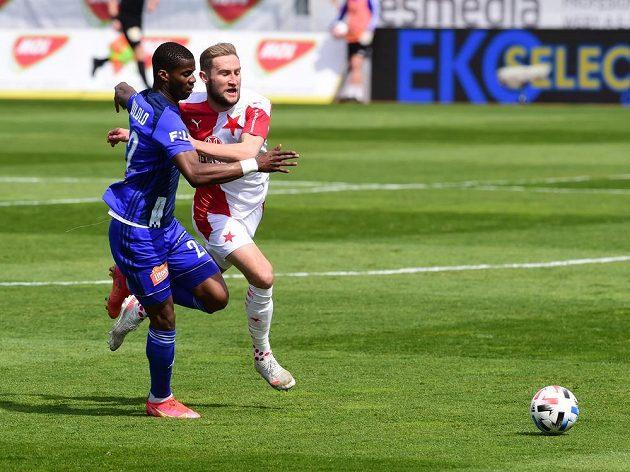 Zleva Florent Poulolo z Olomouce aJan Kuchta ze Slavie ve čtvrtfinále MOL Cupu.