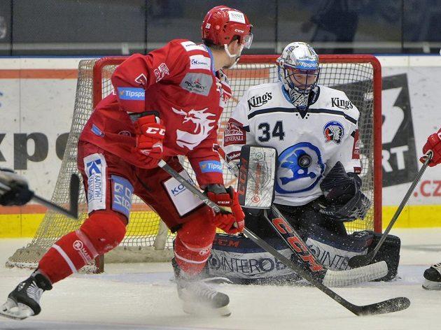 Martin Gernát z Třince a brankář Plzně Dominik Frodl v utkání 50. kola.