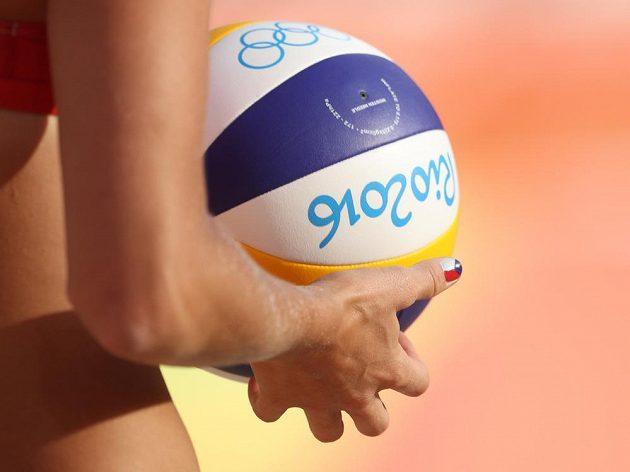 Markéta Sluková drží olympijský balón.