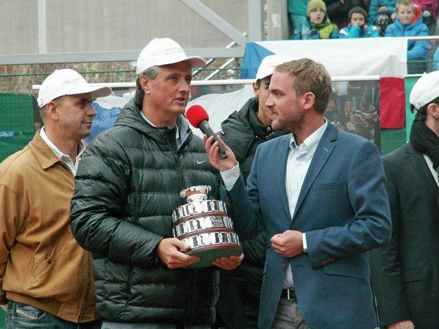 Malou repliku slavné trofeje dovezli hráči z Bělehradu i obvyklému kapitánovi Jaroslavu Navrátilovi.