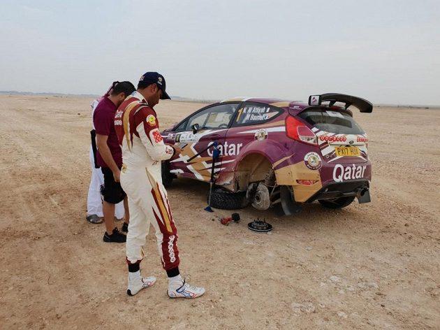 Klíčový okamžik Katarské rallye. Domácí Nasir Al Attíja u poškozeného vozu, s nímž musel po páté měřené rychlostní zkoušce odstoupit.