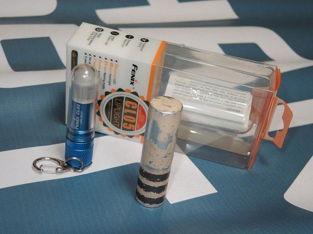 Svítilna Fenix CL05: Porovnání s velikostí běžné rtěnky.