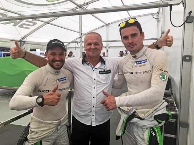 Jan Kopecký (vpravo) s Pavlem Dreslem a šéfem továrního týmu Michalem Hrabánkem po vítězství v Turecké rallye.