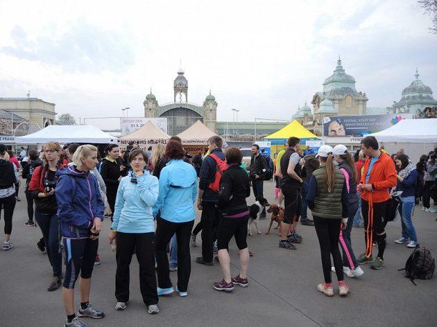 Prostranství před holešovickým výstavištěm se začalo zaplňovat dlouho před startem.