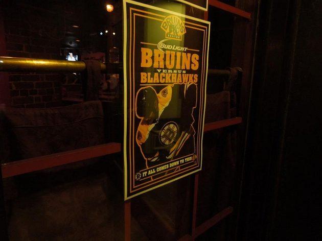 Boston finále Stanley Cupu žije, což dokumentuje i jeden z plakátů vyvěšený v restauraci.