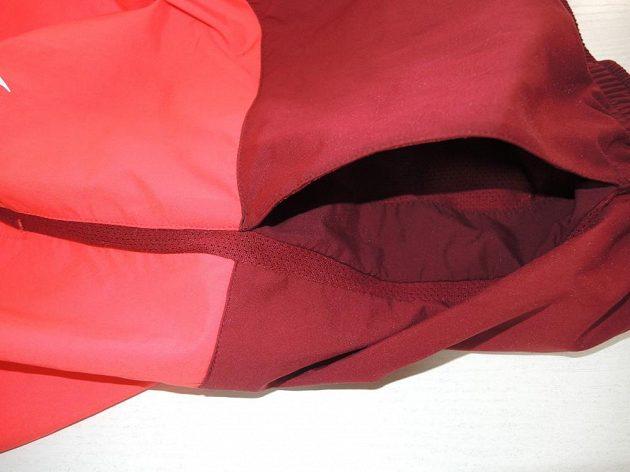 Objemná boční kapsa a odvětrávací panel.