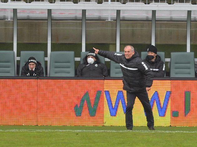 Trenér Jablonce Petr Rada sleduje dění na hřišti v utkání proti Olomouci.