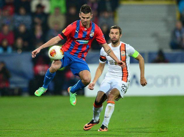 Michal Ďuriš z Plzně (vlevo) si zpracovává míč, přihlíží Darijo Srna z Šachtaru.