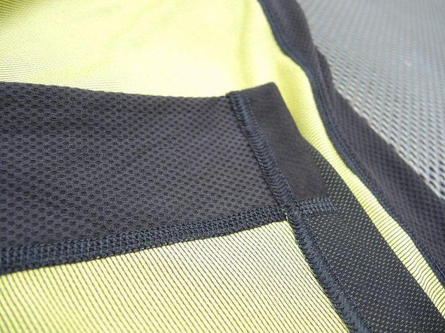 Rub hlavní tkaniny je hladký. V detailu její napojení na síťovaný panel.