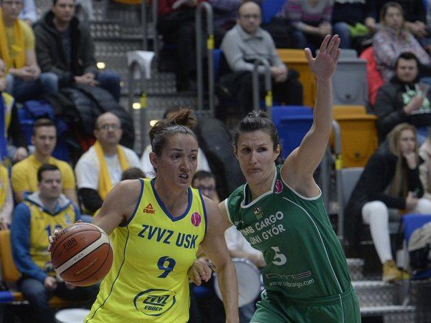 Basketbalistka USK Praha Laia Palauová (vlevo) a Zsofia Vargaová z Györu.