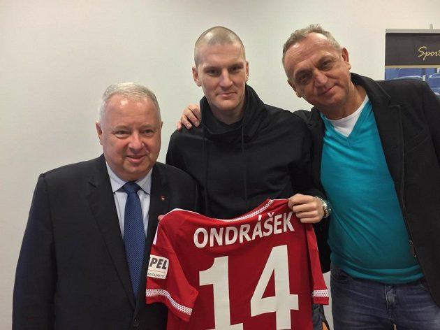 Zdeněk Ondrášek po podpisu smlouvy s prezidentem Wisly Piotrem Duninem-Stuligostowskim (vlevo) a svým manažerem Pavlem Zíkou (vpravo).