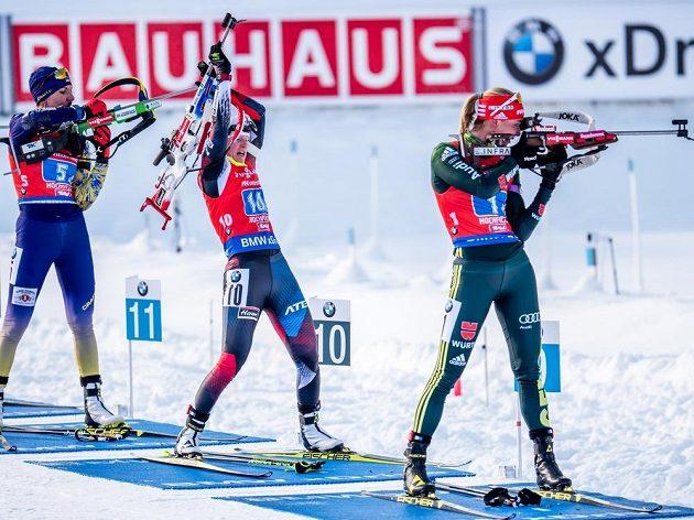 Veronika Vítková (uprostřed) si přehazuje zbraň na záda a jako první odjíždí ze střelnice.