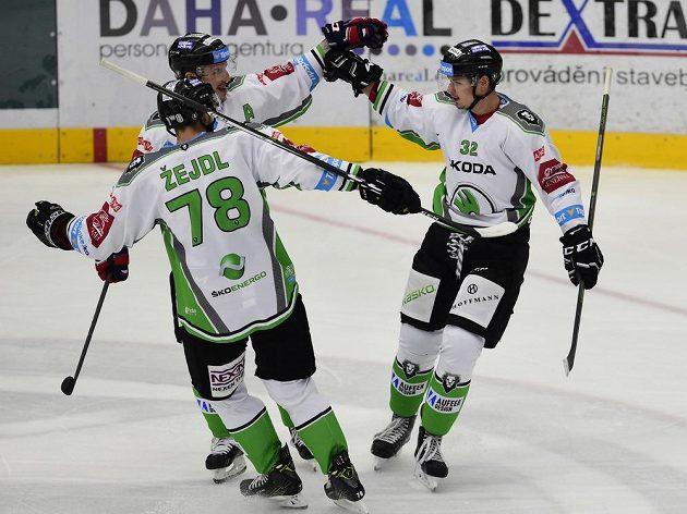 Hráči Mladé Boleslavi (zleva) Lukáš Žejdl a Jakub Orsava se radují z gólu proti Pardubicím.