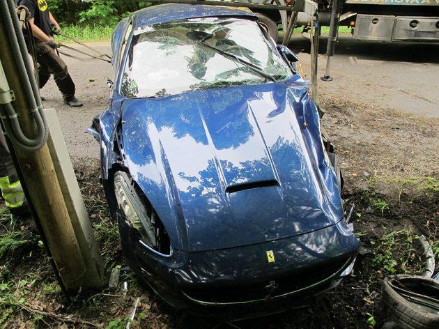 Voráček se svým autem narazil rovněž do stromu a následně i do sloupu telefonního vedení