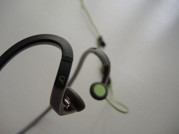 Sportovní sluchátka Sennheiser PMX 686G: Reproduktor je netradičně postaven kolmo na zvukovod.