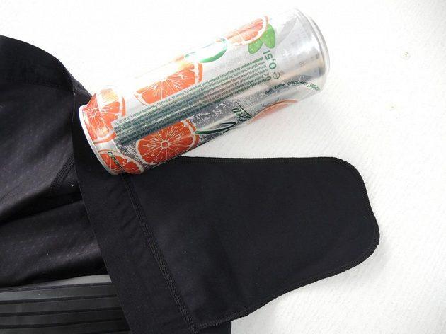 Nike Power Speed Tight: Plechovka oblíbeného nápoje se vám do kapsičky nevejde. Na obrázku je pouze pro porovnání velikosti.