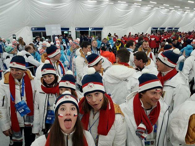 Česká výprava čeká ve vyhřívaném stanu na slavnostní nástup.