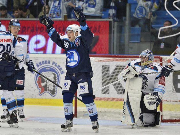 Tomáš Mertl z Plzně se raduje z gólu, vpravo je brankář Liberce Roman Will.