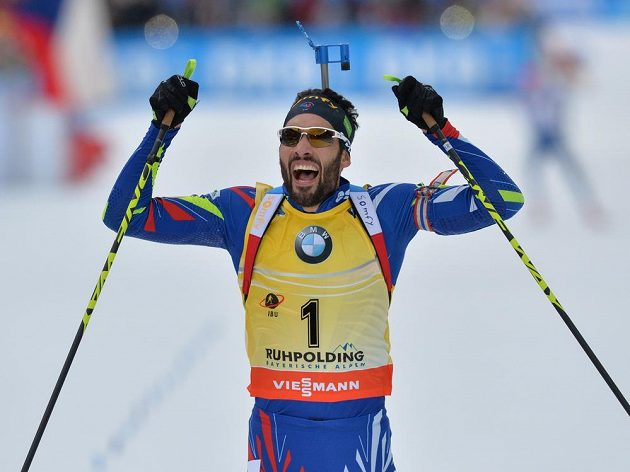 Francouzský suverén Martin Fourcade se raduje z triumfu v závodu s hromadným startem SP v Ruhpoldingu.
