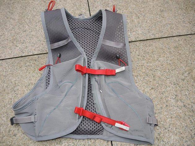 Běžecká vesta/batoh Osprey Duro 6 - kapes a poutek je opravdu velký dostatek.