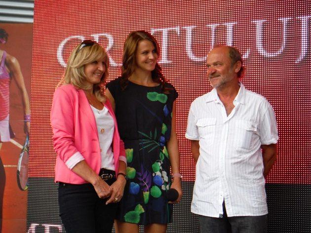 Tenistka a čerstvě sedmá hráčka světa Lucie Šafářová se svými rodiči.
