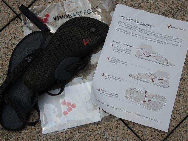 Vivobarefoot Eclipse: Dodávka i s precizním návodem na nastavení pásků a praktickým pytlíčkem.