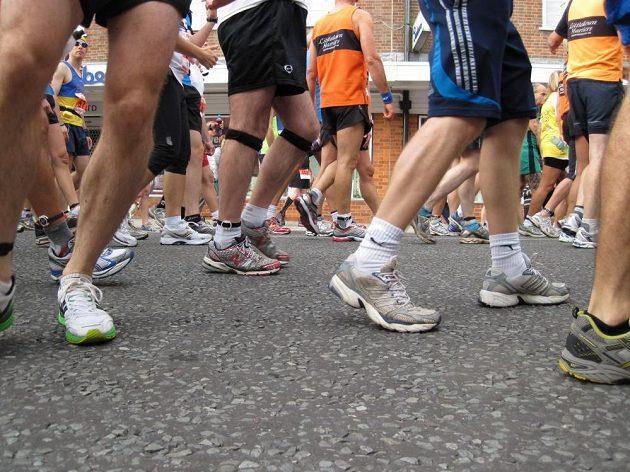 Jestli něco před maratonem opravdu musíte udělat, pak je to správně si zavázat tkaničky.