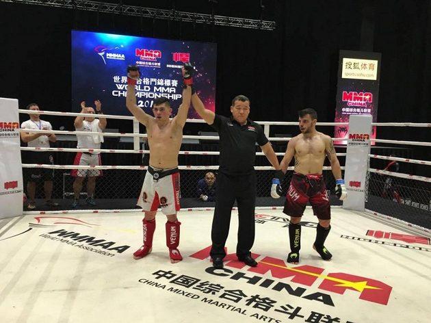 Artur Mykytenko (vlevo) po vítězném boji na mistrovství světa v Macau.