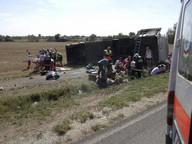 Následky havárie autobusu, který převážel basketbalistky Györu, u maďarského Kapuváru.