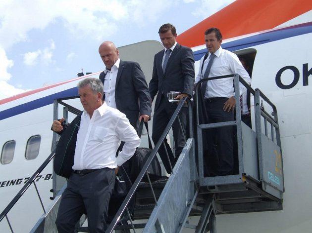 Realizační tým po přistání v Budapešti - asistent Josef Pešice, trenér Michal Bílek, manažer Vladimír Šmicer a asistent Tomáš Galásek.