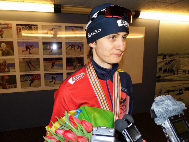 Rychlobruslařka Martina Sáblíková v rozhovoru s novináři po závodě na pět kilometrů na MS v Heerenveenu.
