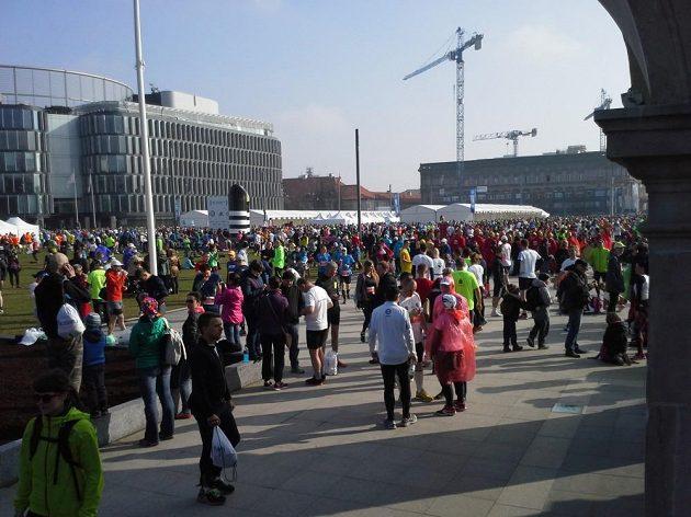 Spousty běžců, ještě více prostoru.