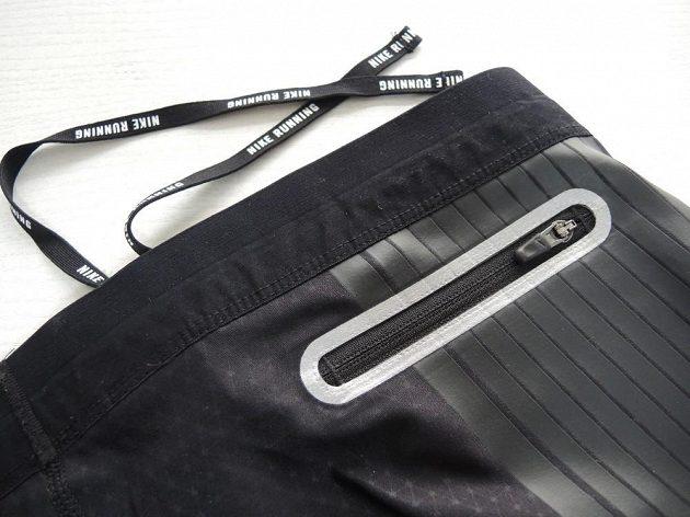 Nike Power Speed Tight: Propracovaná kapsička je navíc olemovaná reflexním materiálem.