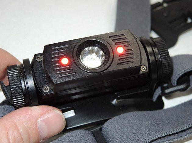 Hlavní LED je doplněna dalšími dvěma červenými diodami.