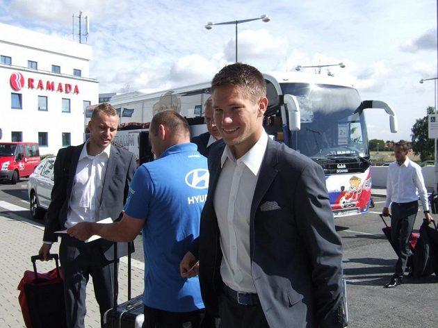 Dobře naladěný brankář Tomáš Vaclík před odletem v Praze.