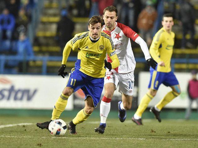 Vukadin Vukadinović ze Zlína (vlevo) si kryje míč před Josefem Hušbauerem ze Slavie.