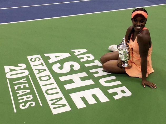 Americká tenistka Sloane Stephensová porazila ve finále US Open krajanku Madison Keysovou 6:3 a 6:0 a vyhrála první grandslamový turnaj v kariéře. Chvíle štěstí si užívala naplno a s úsměvem pózovala fotografům.