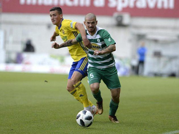 Zleva Lukáš Holík ze Zlína a David Bartek z Bohemians v utkání osmého kola fotbalové ligy.